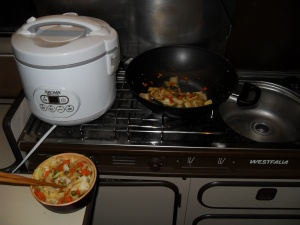Rice cooker, wok, and the resulting stir fry
